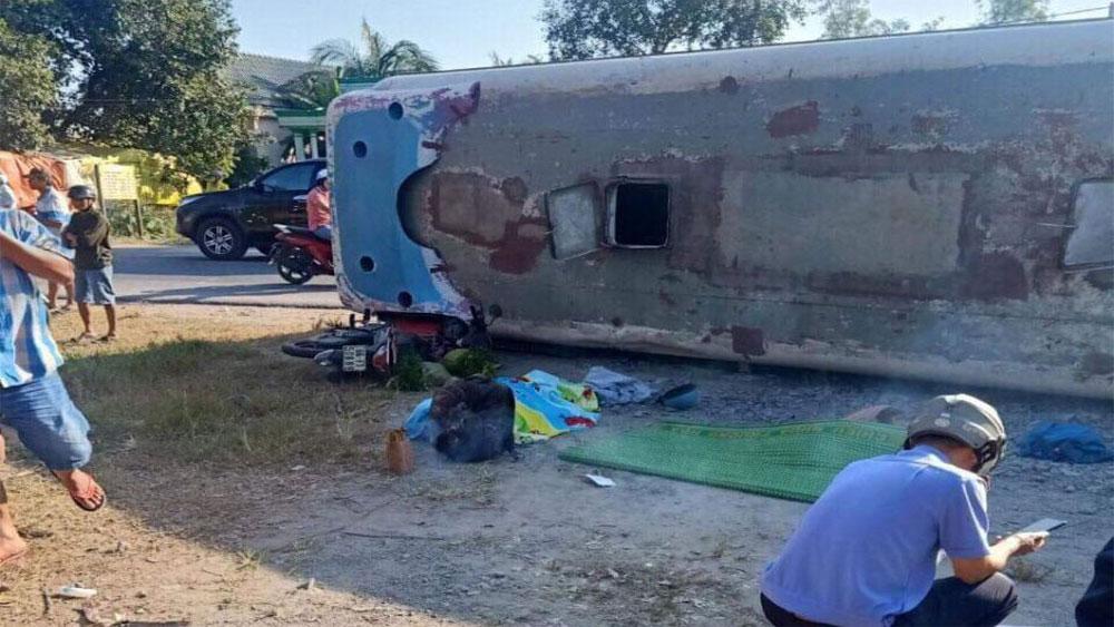 Lật xe chở công nhân tại Long An làm hai người chết, 7 người bị thương